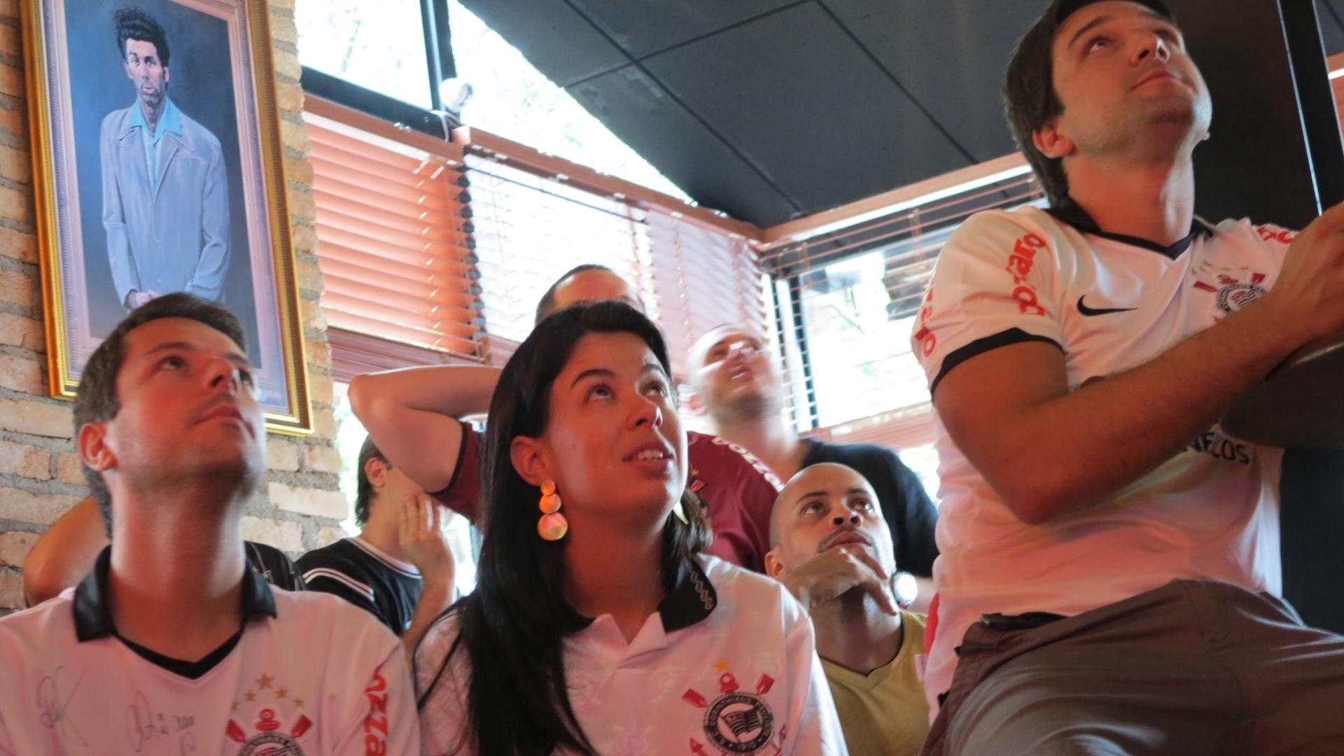 Uniformizados, torcedores em pub do Itaim acompanharam apreensivos jogo do Corinthians