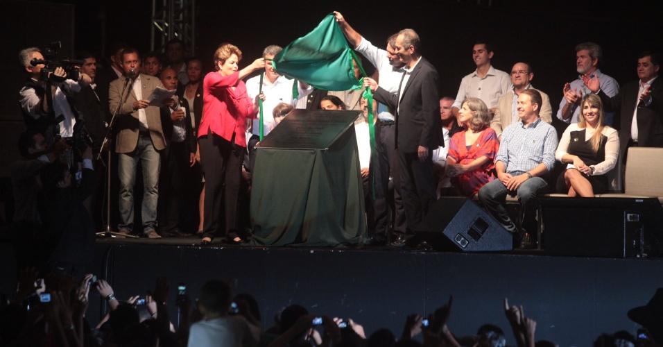 16.dez.2012 - A presidenta da Republica, Dilma Rousseff, ao lado do Governador do Ceará, Cid Gomes, do ministro dos Esportes, Aldo Rabelo e do Secretario Estadual da Copa, Ferrucuio Feitosa, descerra a placa durante Inauguração do Novo Estádio Castelão