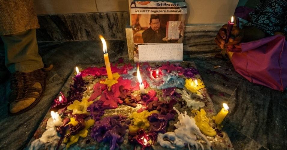 17.dez.2012 - Apoiadores do presidente da Venezuela colocam velas coloridas ao redor de foto de Hugo Chávez em igreja de Havana (Cuba). O presidente, operado na terça-feira (11) em Cuba para retirar um tumor maligno, retomou suas atividades de governo a partir de Havana, informou o ministro Jorge Arreaza
