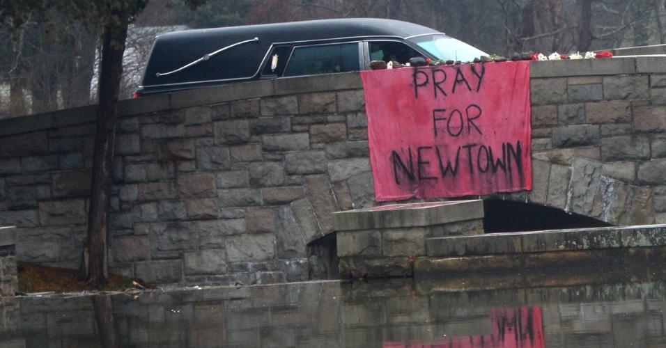 17.dez.2012 - Cortejo fúnebre vai em direção ao cemitério onde foi enterrado Jack Pinto, 6, uma das vítimas do massacre da Escola Primária Sandy Hook, ocorrido na sexta-feira (14)