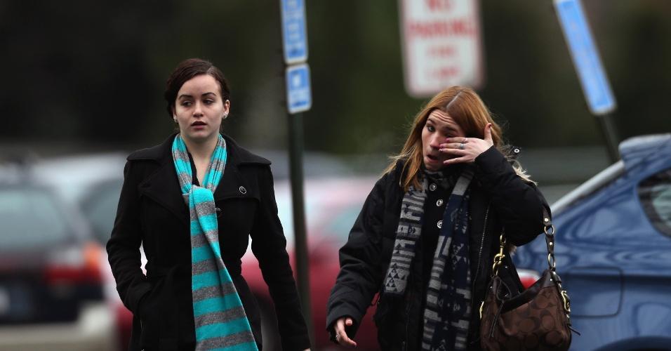 17.dez.2012 - Duas mulheres chegam para o funerail de Noah Pozner, de seis anos de idade, morto no massacre da escola Sandy Hook