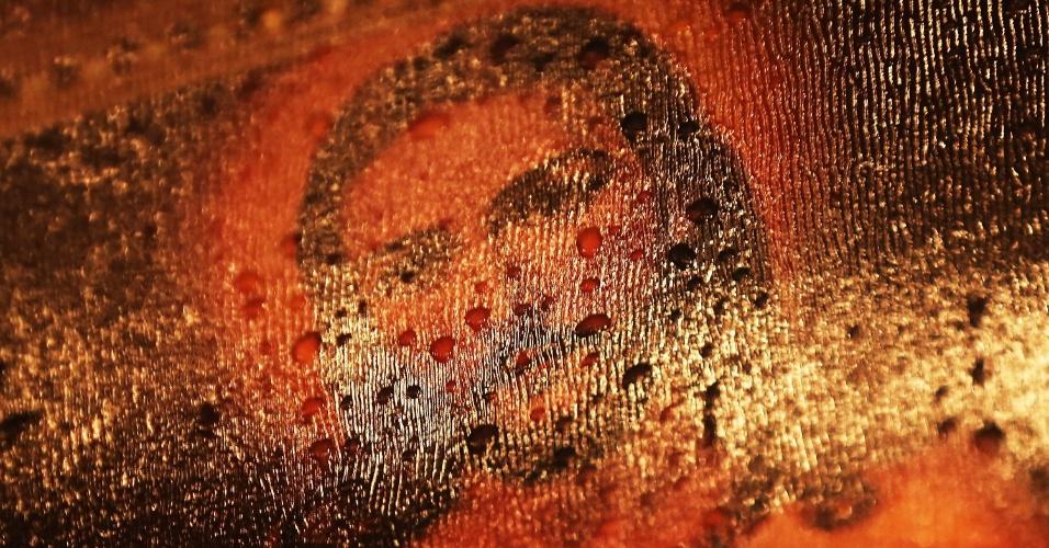 17.dez.2012 - Figura de Jesus Cristo colocada no memorial às vítimas da escola primária Sandy Hook, em Newtown, Connecticut, fica molhada pelas gotas de chuva
