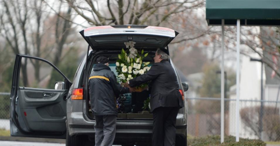 17.dez.2012 - Florista entrega um buquê fúnebre no funeral Noah Pozner, 6, morto no massacre da escola Sandy Hook