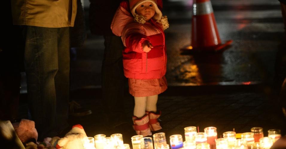 17.dez.2012 - Garotinha participa de vigília, no domingo (16), em homenagem às vítimas do massacre na escola Sandy Hook, em Newtown, no Estado americano de Connecticut