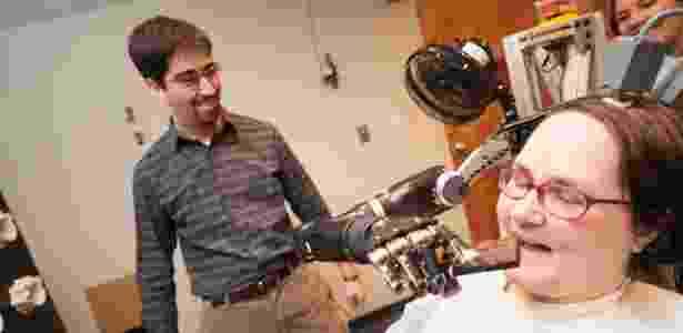 No futuro, sensores poderão devolver experiência de toque e movimento a pessoas com braços mecânicos controlados pelo cérebro - University of Pittsburgh Medical Center/Reuters