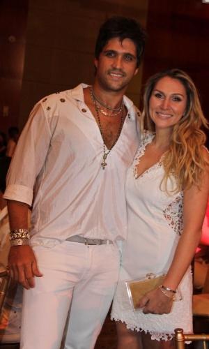 17.dez.2012 - Leo Matheus com sua esposa Tatiana na 10ª edição do Natal do Bem, evento beneficente em São Paulo que arrecada verbas para instituições como a Fundação Xuxa Meneghel