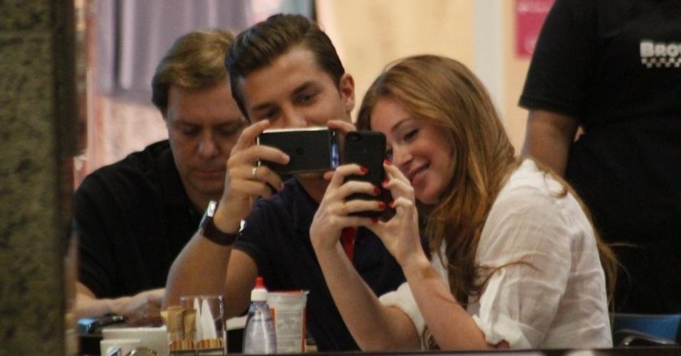 17.dez.2012 - Marina Ruy Barbosa tira foto junto de Kleber Toledo em shopping na Barra da Tijuca, Rio de Janeiro