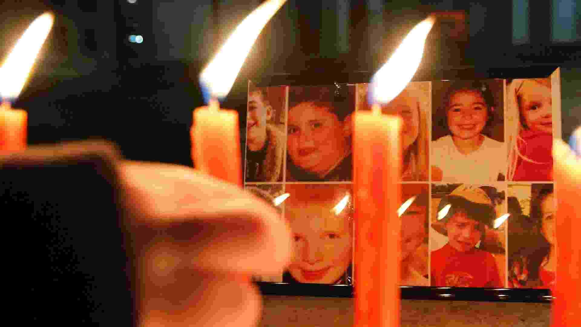 17.dez.2012 - Menino acende velas para homenagear as vítimas do tiroteio da Escola Primária Sandy Hook - Arben Celi/Reuters