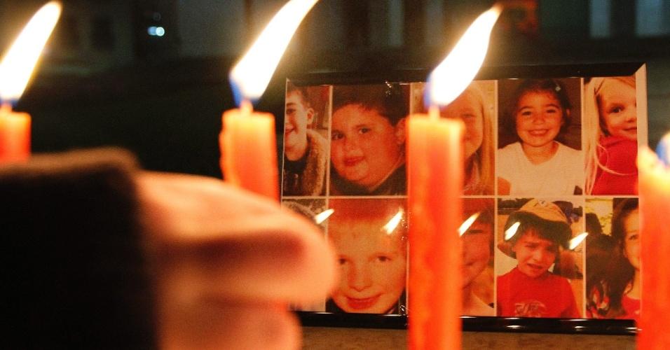 17.dez.2012 - Menino acende velas para homenagear as vítimas do tiroteio da Escola Primária Sandy Hook