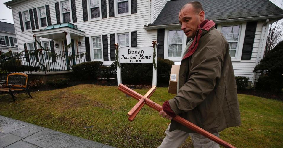 17.dez.2012 - Mike Tadry, da Nova Igreja Harvest Christian, de Newburgh, Nova York, carrega cruzes de madeira feitas por ele para dar aos membros da família e entes queridos das vítimas do tiroteio na Escola Primária Sandy Hook