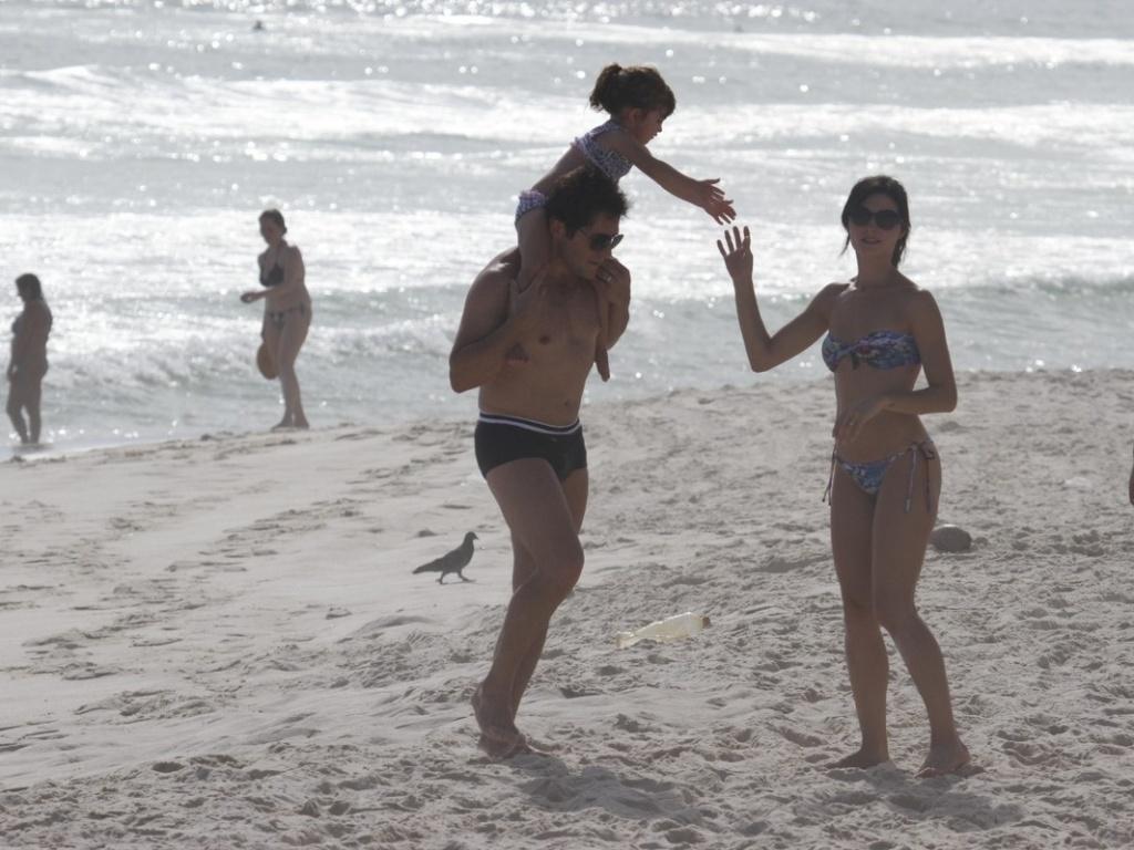 17.dez.2012 - O cantor Daniel foi à praia da Barra da Tijuca, na zona oeste do Rio. O sertanejo estava acompanhado da mulher, Aline, e da filha Lara