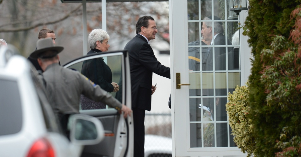17.dez.2012 - O governador de Connecticut Dannel Malloy chega ao funeral de Noah Pozner, 6, assassinado no massacre da escola Sandy Hook