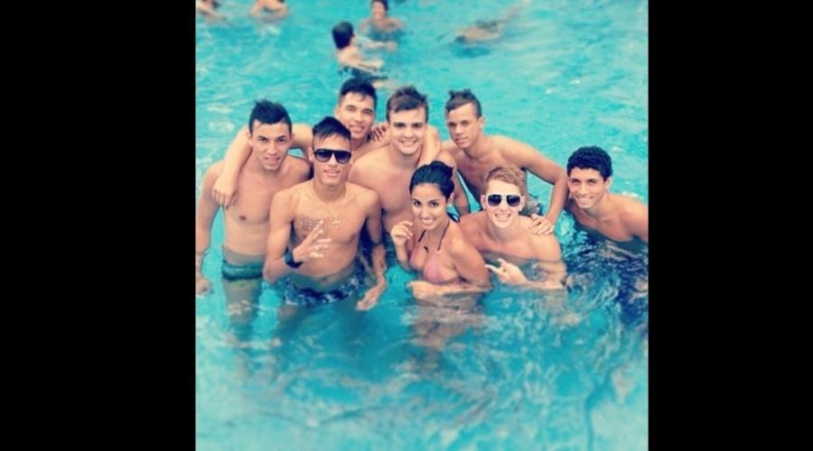 """17.dez.2012 - O jogador Neymar divulgou uma imagem onde aparece na piscina rodeado de amigos. """"Piscinha"""", escreveu ele na legenda da foto"""