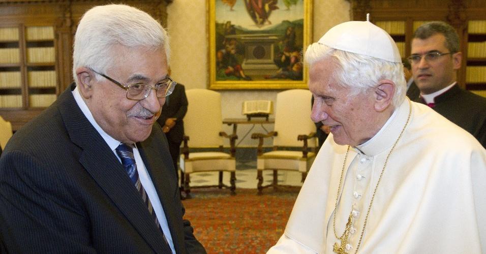 17.dez.2012 - O papa Bento 16 recebe a visita do presidente da Autoridade Nacional Palestina (ANP), Mahmoud Abbas, no Vaticano