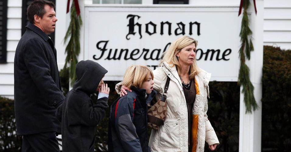 17.dez.2012 - Pessoas chegam à casa funerária Honan, onde a família de Pinto Jack, 6, realiza o funeral do menino, em Newtown, em Connecticut, nesta segunda-feira (17)