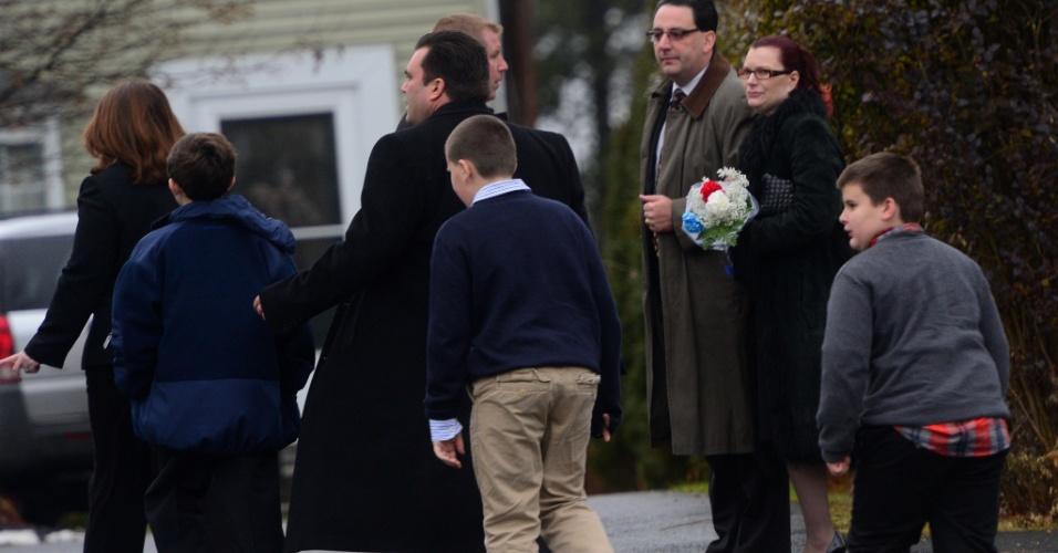17.dez.2012 - Pessoas deixam o funeral de Jack Pinto, de seis anos, uma das vítimas do massacre que matou 27 pessoas, na Escola Primária Sandy Hook, em Connecticut, Estados Unidos