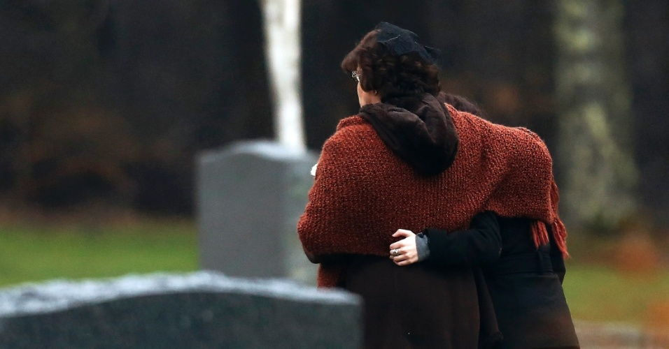 17.dez.2012 - Veronique Pozner (à esquerda), mãe de Noah Pozner, 6, a primeira vítima do tiroteio da escola Sandy Hook a ser sepultada, caminha no Cemitério B'nai Israel em Monroe, Connecticut