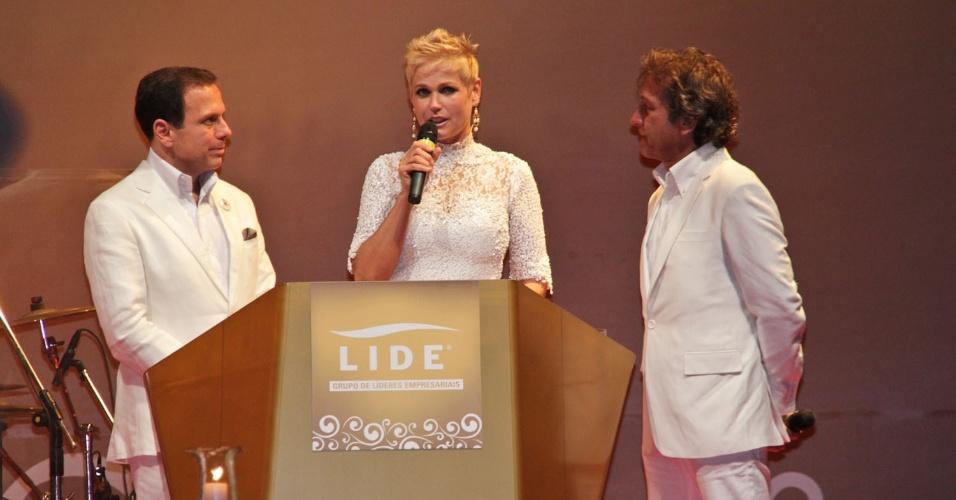 17.dez.2012 - Xuxa fala durante a 10ª edição do Natal do Bem, evento beneficente em São Paulo que arrecada verbas para instituições como a Fundação Xuxa Meneghel