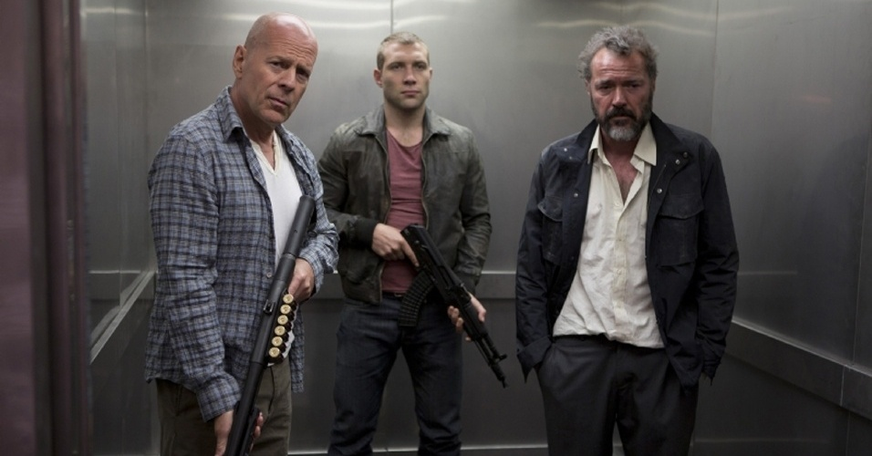 Bruce Willis, Jai Courtney e Sebastian Koch em cena de