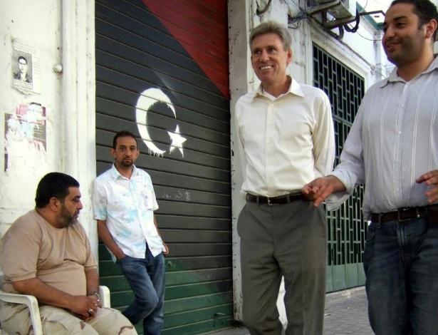 Embaixador norte-americano é morto - O embaixador norte-americano J. Christopher Stevens e três outros cidadãos norte-americanos morreram em 11 de setembro, quando um grupo armado atacou e incendiou o consulado dos Estados Unidos em Benghazi, na Líbia. Stevens, um diplomata veterano que estava na cidade durante o levante contra Gaddafi, é o segundo da direita para a esquerda nessa foto de arquivo, tirada em junho de 2012, em Trípoli. Segundo relatos iniciais, a violência foi consequência da revolta pública contra um filme feito nos EUA que zomba do profeta fundador do Islã e que causou conflitos por todo o Oriente Médio; já o Departamento de Estado disse que militantes com armas pesadas planejaram o ataque. Stevens foi o primeiro embaixador norte-americano morto em um atentado enquanto exercia suas funções desde 1979