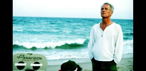 """O ator Paul Newman é fotografado em uma praia durante pausa em um set de filmagem.  A imagem faz parte do livro """"Now and Then"""" - Steve Shapiro/Now and Then"""