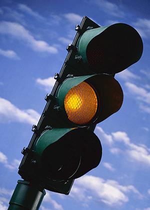 Sinal amarelo: cruzamentos de vias são ponto crítico para os acidentes de trânsito no mundo todo