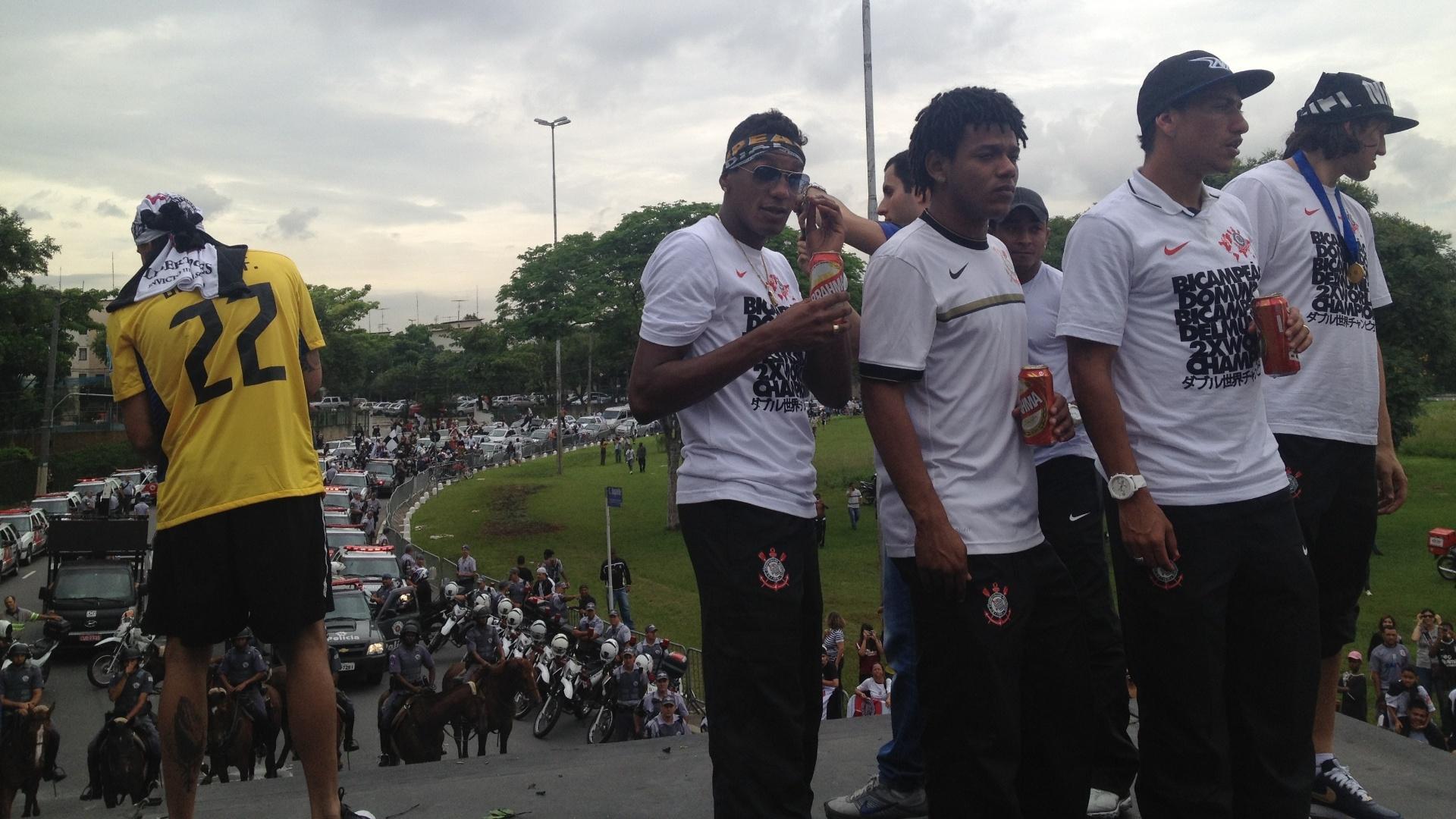 15.dez.2012- Jogadores do Corinthians observam multidão ao redor de trio elétrico em festa do Bicampeonato Mundial