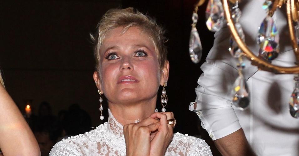 17.dez.2012 - Xuxa assiste ao show de Paula Fernandes na 10ª edição do Natal do Bem, evento beneficente no Hotel Grand Hyatt, em São Paulo, que arrecada verbas para instituições como a Fundação Xuxa Meneghel e Instituto Pró-Queimados. Nos últimos nove anos, o evento arrecadou mais de R$ 14 milhões