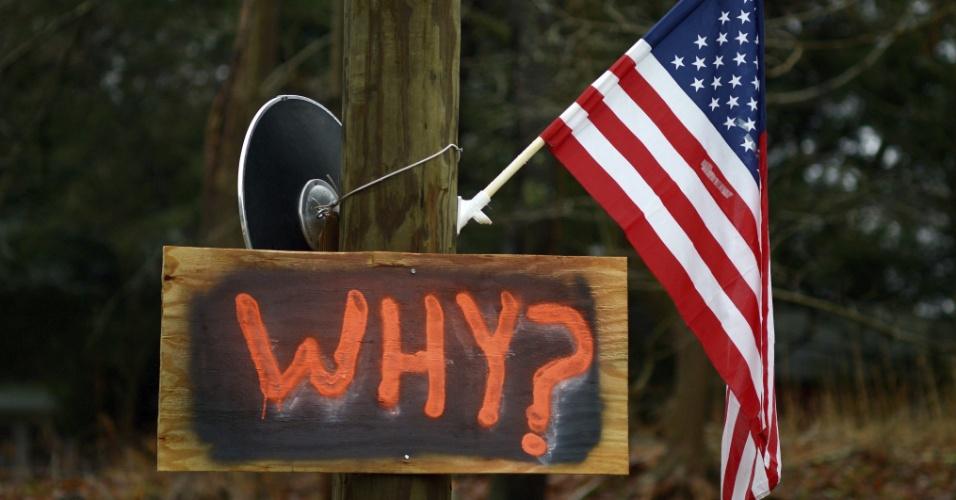 18.dez.2012 - Bandeira dos Estados Unidos com uma placa onde se lê