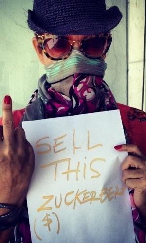 18.dez.2012 - Betty Lago divulgou uma foto onde aparece fazendo um gesto obsceno em protesto as novas regras de privacidade do Instagram