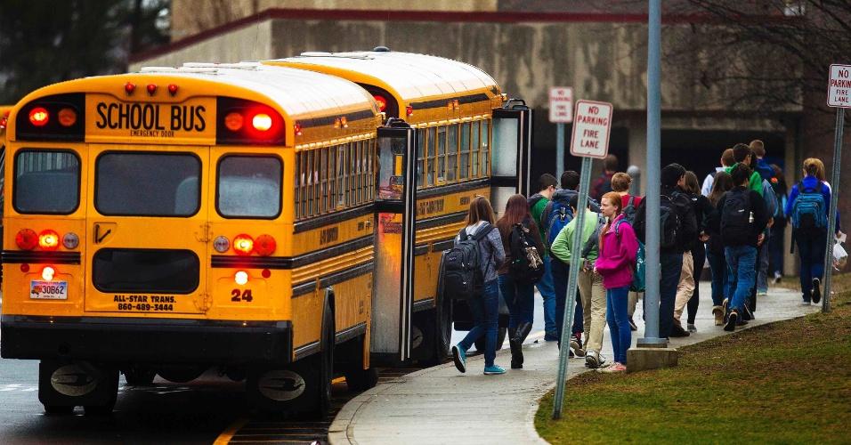 18.dez.2012 - Crianças de Newtown voltaram às escolas pela primeira vez desde o massacre que matou 20 crianças e seis adultos, na última sexta-feira (14), exceto a Escola Primária Sandy Hook, que permanece fechada para a investigação policial