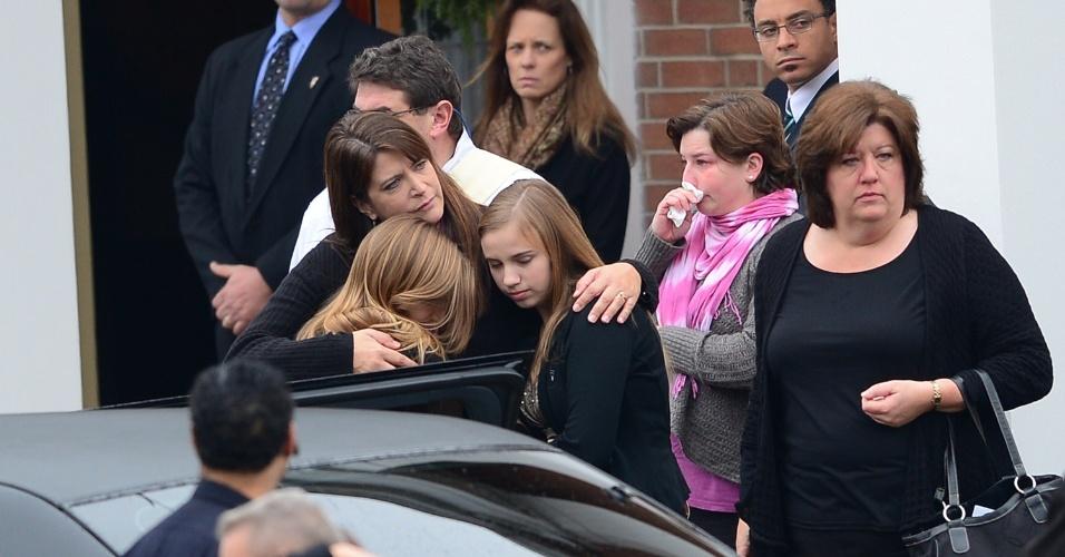 18.dez.2012 - Familiares de Jessica Rekos, 6, chegam à igreja Saint Rose Lima onde acontece o funeral da menina, nesta terça-feira (18)
