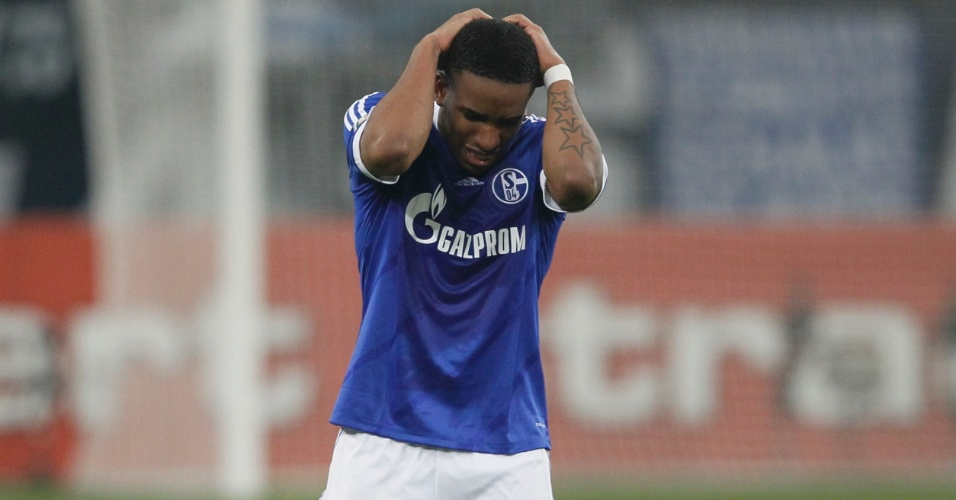 18.dez.2012 - Farfán, do Schalke 04, lamenta gol sofrido por sua equipe na derrota para o Mainz, que eliminou o time azul da Copa da Alemanha