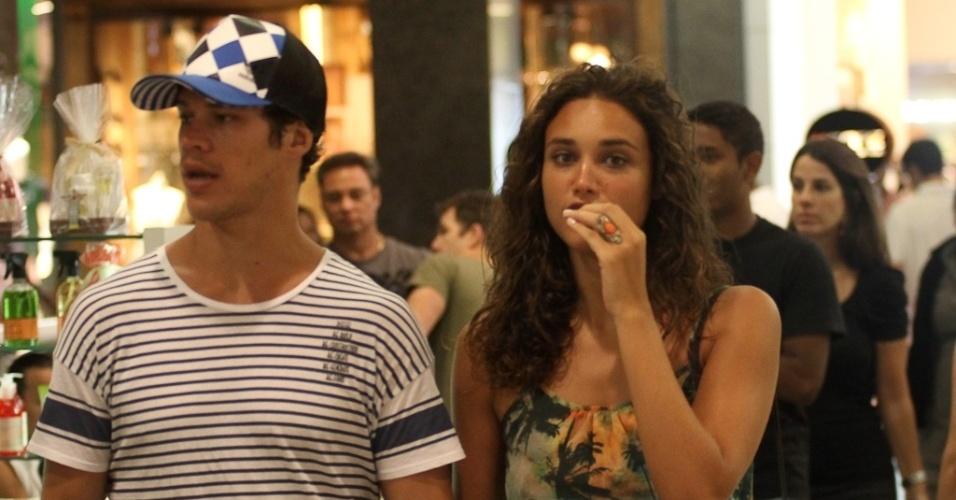 18.dez.2012 - José Loreto e Débora Nascimento passearam em um shopping da zona oeste do Rio