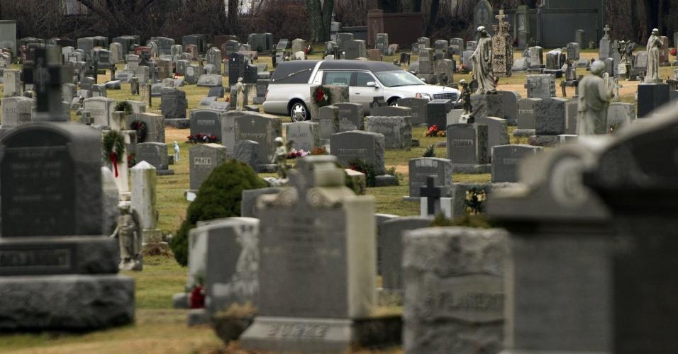 18.dez.2012 - Carro levando o caixão com o corpo de James Mattioli, 6, atravessa o Saint John's Catholic Cemetery nesta terça-feira (18) para o sepultamento