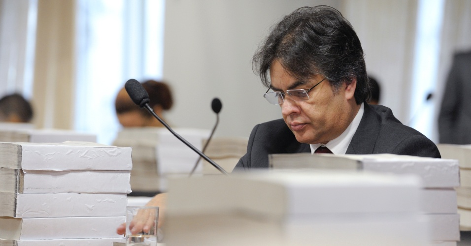 18.dez.2012 - O senador Cássio Cunha Lima (PSDB-PB) participa de reunião da CPI do Cachoeira que analisa o relatório final da comissão. Por 18 votos a 16, a oposição rejeitou o texto do relator, o deputado Odair Cunha (PT-MG)