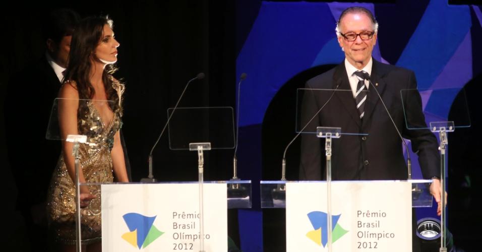 18.dez.2012 - Presidente do COB, Carlos Arthur Nuzman discursa durante o Prêmio Brasil Olímpico, no Theatro Municipal, no Rio de Janeiro
