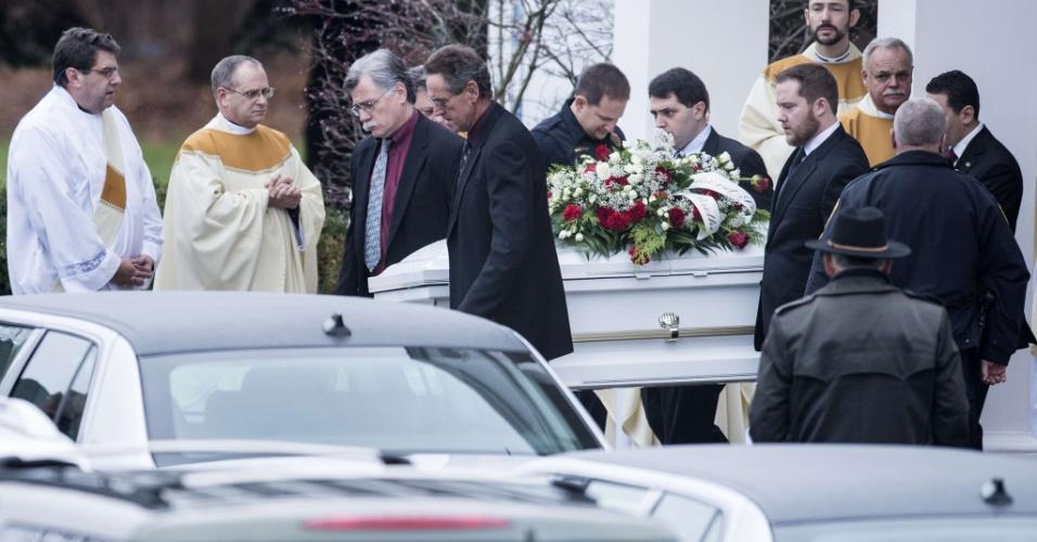 18.dez.2012 - Caixão com o corpo de James Mattioli, 6, é levado para fora da igreja Saint Rose Lima para ser transportado ao cemitério, para o sepultamento. Matioli é uma das vítimas do tiroteio da Escola Primária Sandy Hook, ocorrido na última sexta-feira (14), em Newtown, Connecticut