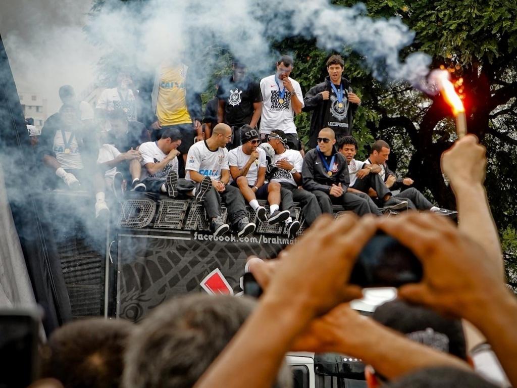 18.dez.2012- Com microfone na mão, Emerson comanda festa de trio elétrico corintiano