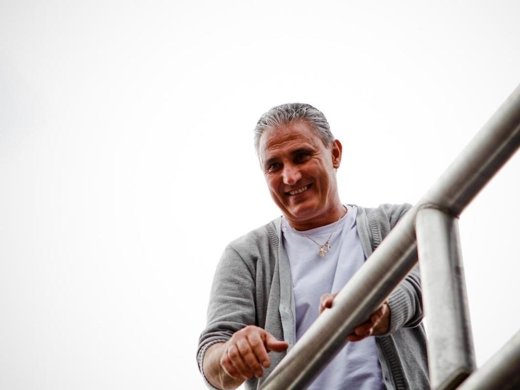 18.dez.2012- De cima de trio elétrico, técnico Tite sorri para os torcedores na festa do título mundial em São Paulo