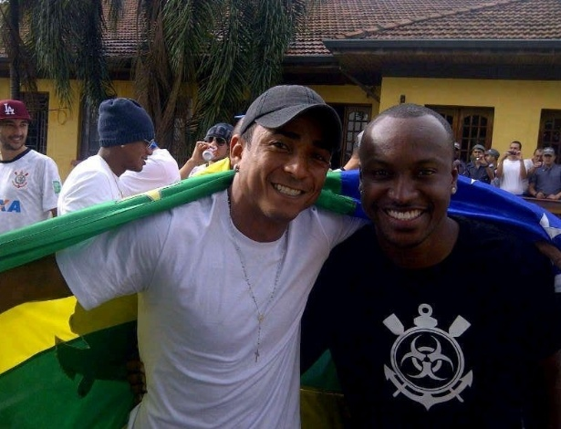 18.dez.2012- Durante festa do título mundial na zona norte de São Paulo, atacante Jorge Henrique tira foto com o cantor Thiaguinho