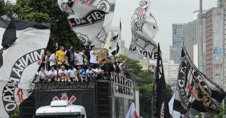 18.dez.2012- Em festa repleta de bandeiras, corintianos receberam os jogadores campeões mundiais em São Paulo