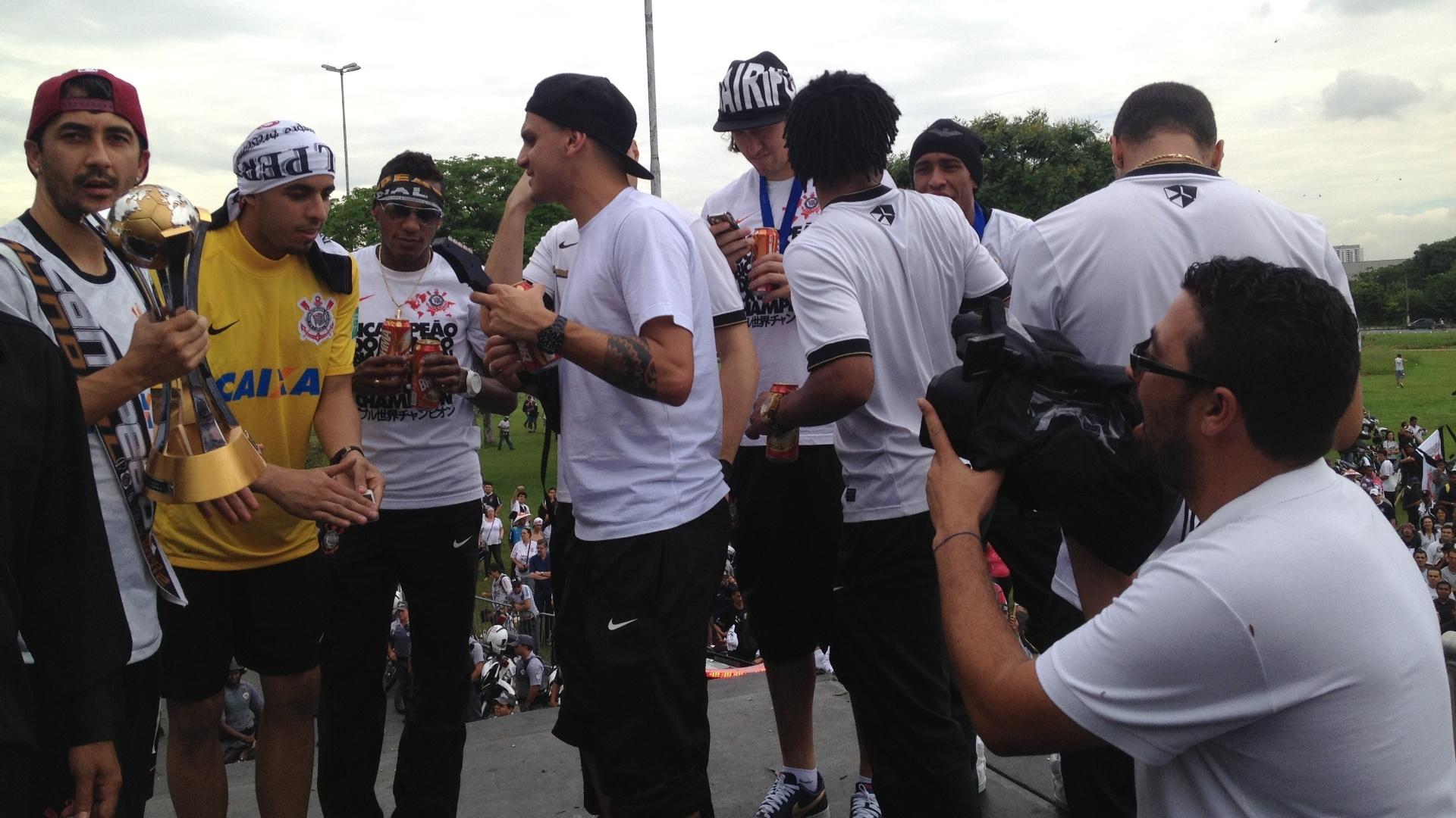 18.dez.2012- Jogadores do Corinthians comemoram título do Mundial de Clubes da Fifa em cima de trio elétrico