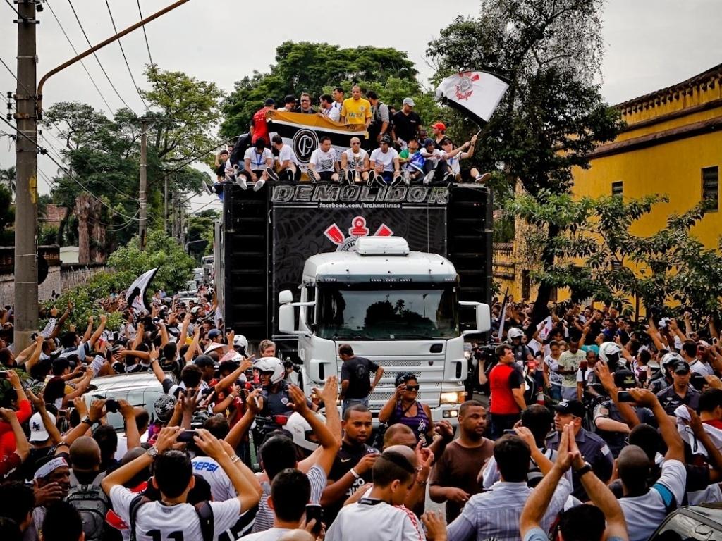 18.dez.2012- Jogadores do Corinthians fazem festa em trio elétrico com a torcida durante carreta pela zona norte de São Paulo