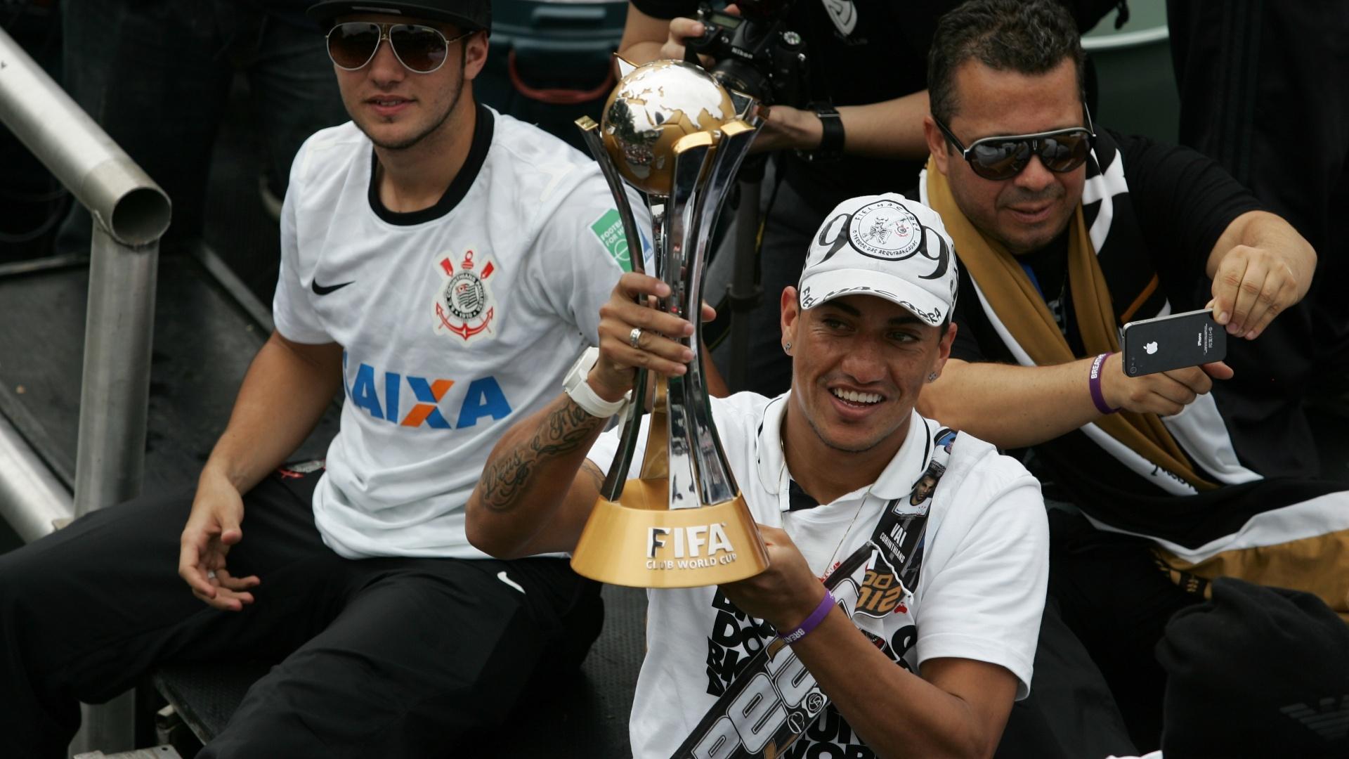 18.dez.2012- Ralf exibe troféu em trio elétrico para torcedores na festa de comemoração do título mundial