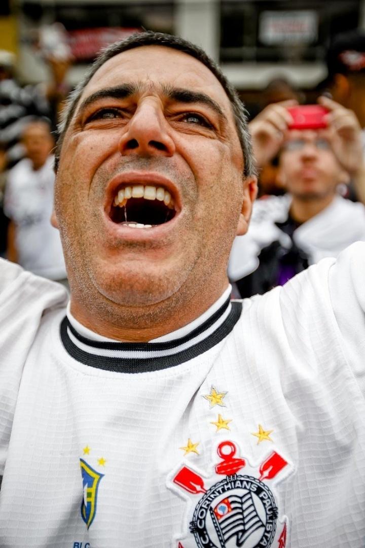 18.dez.2012- Torcedor corintiano chora em festa de comemoração do Bicampeonato Mundial do clube