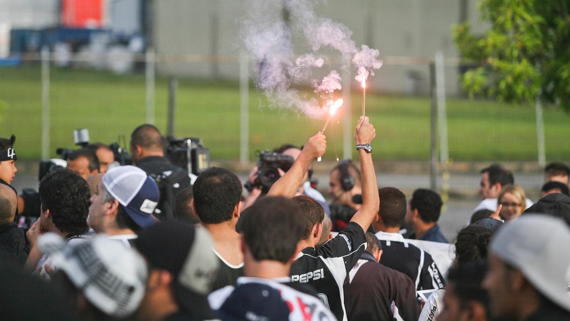 18.dez.2012- Torcedores corintianos recebem time com festa no aeroporto de Guarulhos, em São Paulo