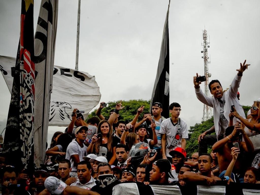 18.dez.2012- Torcedores do Corinthians fazem a festa no centro de São Paulo em carreata de comemoração do título mundial