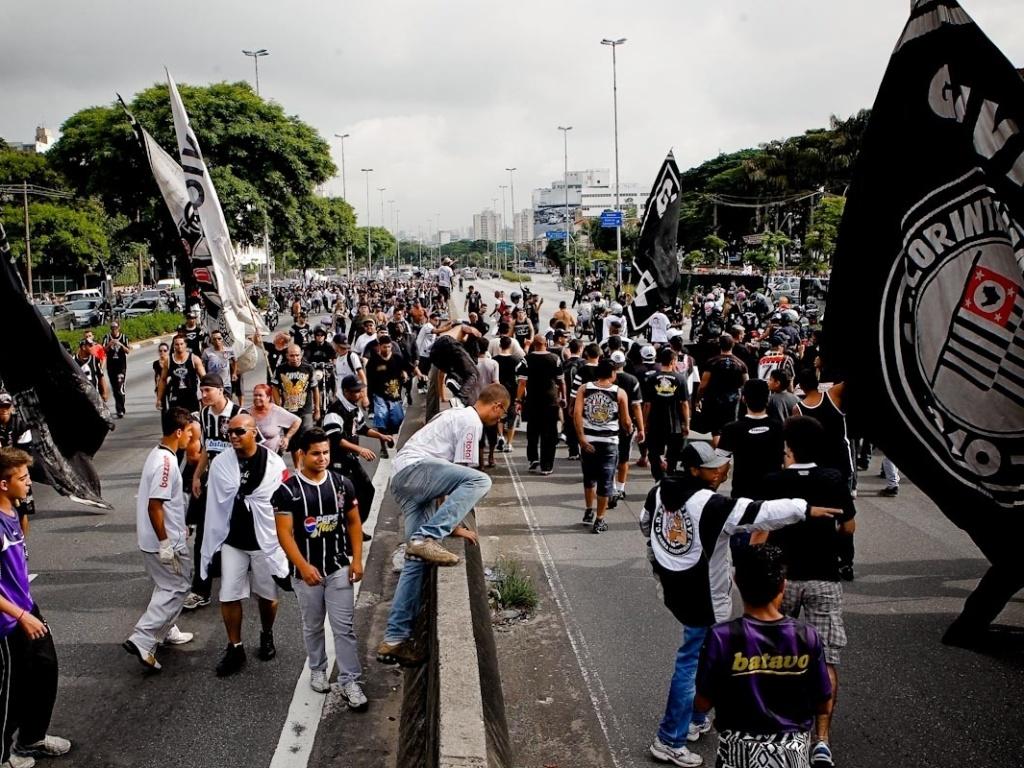 18.dez.2012- Torcedores do Corinthians fazem festa para recepcionar o time na chegada a Tiradentes