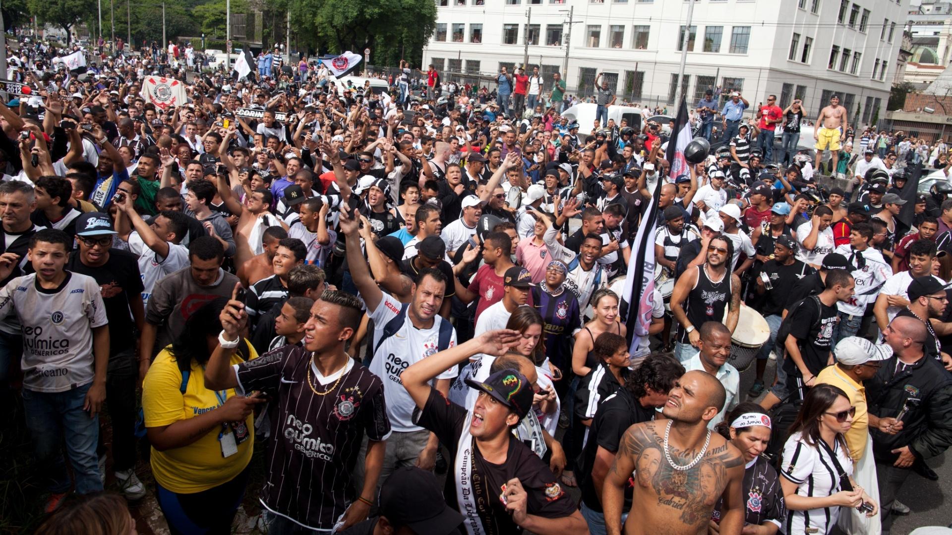 18.dez.2012- Torcedores do Corinthians ocupam a Av. Tiradentes em São Paulo para receber trio elétrico com os jogadores em comemoração do título mundial